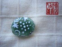 他の写真1: 濃い緑に白葡萄模様の帯留め