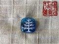 白い木に銀の実の帯留め(ブルー)